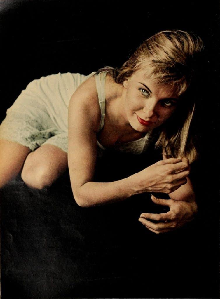 Joanne Woodward posing in 1959.