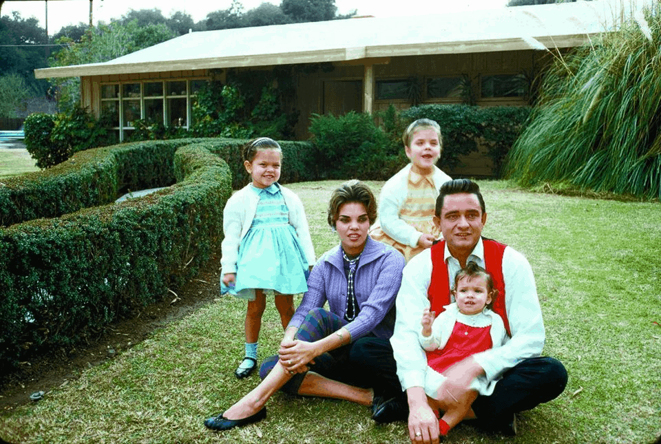 Vivian Liberto, Johnny Cash and their family (1960).